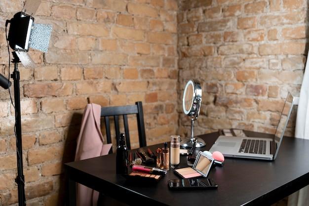 Um monte de cosméticos para vlogger de beleza
