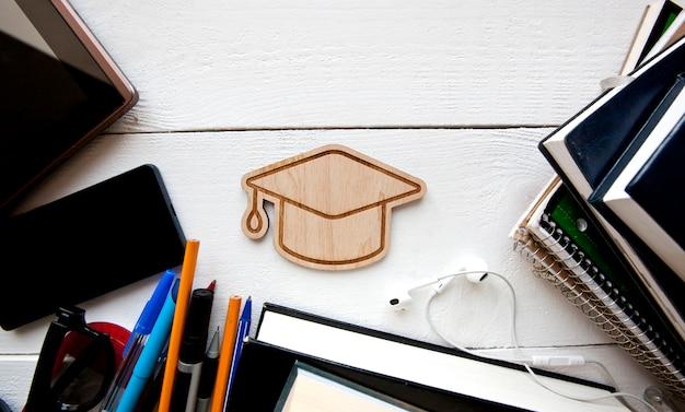 Um monte de diferentes materiais de educação na mesa de madeira