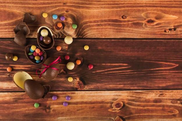Um monte de doces e ovos de chocolate