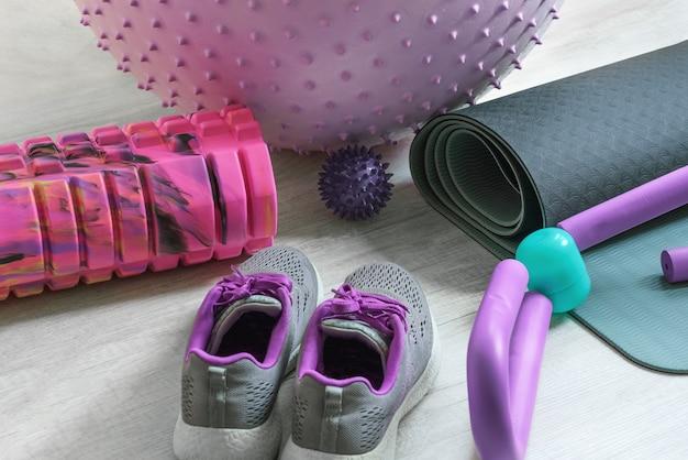 Um monte de equipamentos coloridos de acessórios de fitness para exercícios físicos em casa