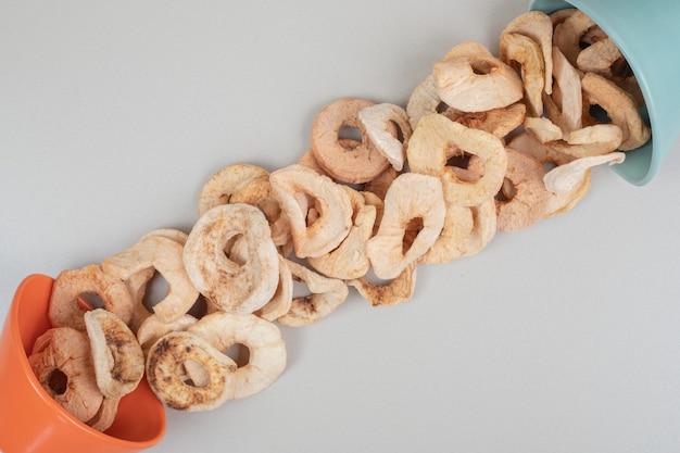 Um monte de fatias de frutas secas em tigelas
