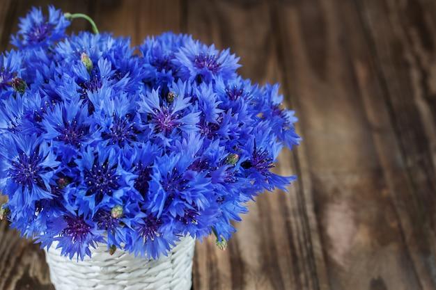 Um monte de flor de verão linda de aciano