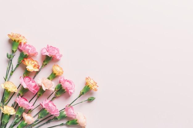 Um monte de flores de laranja e rosa