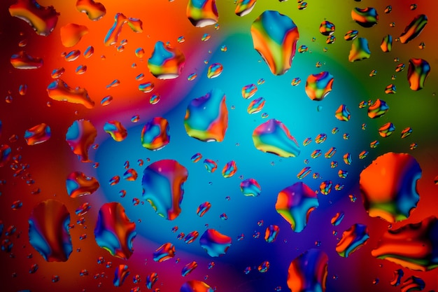 Um monte de gotas coloridas na janela