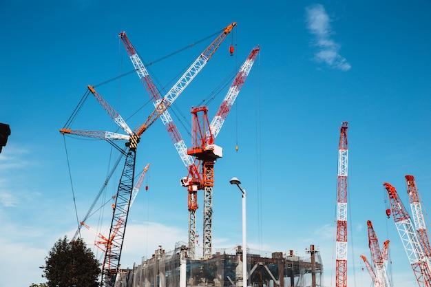 Um monte de grua de guindaste de construção em grande canteiro de obras no japão