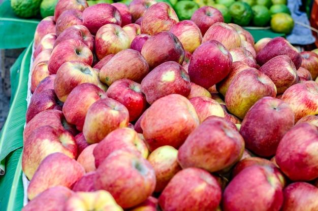 Um monte de maçã madura inteira
