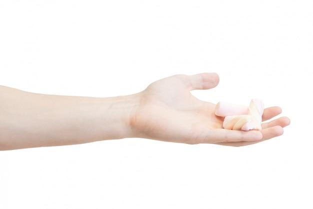 Um monte de marshmallows coloridos na mão dos homens isolado em um fundo branco