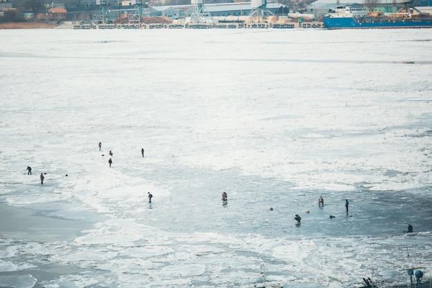 Um monte de pescadores para a pesca de inverno. competições para a pesca de inverno.
