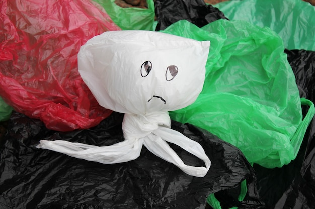 Um monte de sacolas plásticas coloridas descartáveis poluindo o meio ambiente