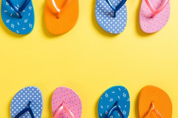 Um monte de sandálias coloridas flip-flop