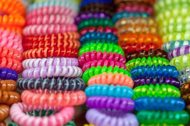 Um monte de scrunchie multi colorido para cabelo estilo.