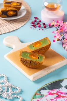 Um mooncake é um produto de padaria chinês tradicionalmente comido durante o festival do meio outono.