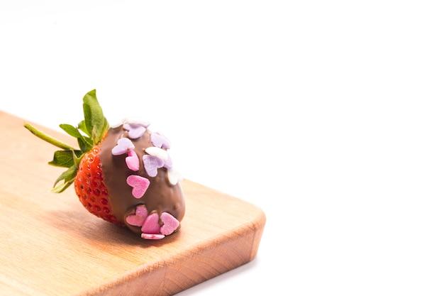 Um morango com cobertura de chocolate