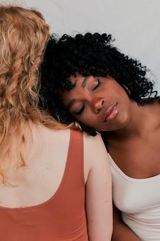 Um, mulher africana, inclinar-se, ligado, loiro, feira, mulher, ombro