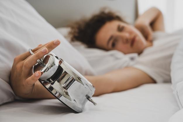 Um, mulher, cama, em, manhã