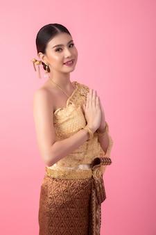 Um, mulher, desgastar, um, antiga, tailandês, vestido