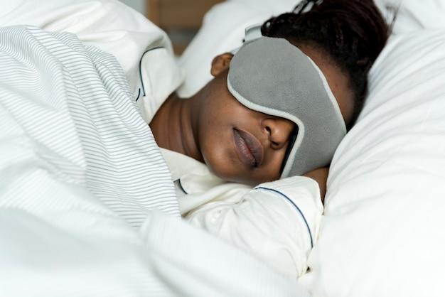 Um, mulher, dormir, com, um, máscara dormindo