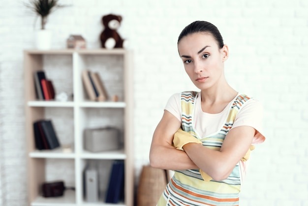 Um, mulher, em, um, branca, t-shirt, posar, casa, com, detergents