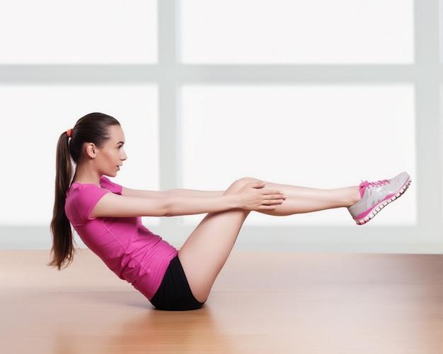 Um, mulher, exercitar, crunches, condicão física, malhação, braços, atrás de, cabeça
