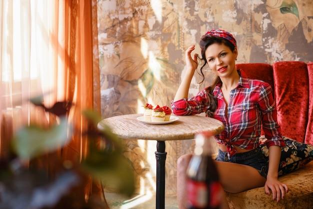 Um, mulher jovem, em, um, café, sentando uma tabela, com, bolos, arquive
