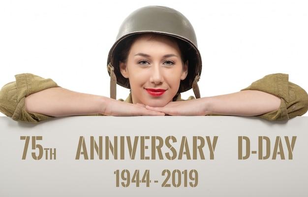 Um, mulher jovem, vestido, em, nós, wwii, uniforme militar, com, capacete, mostrando, signboard