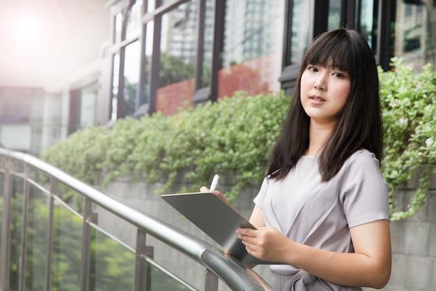 Um, mulher negócio, retrato, de, jovem, femininas, ficar, exterior, edifícios escritório