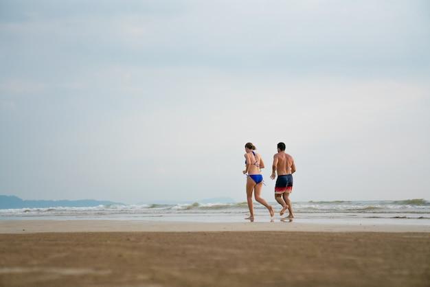Um, mulheres, executando, praia