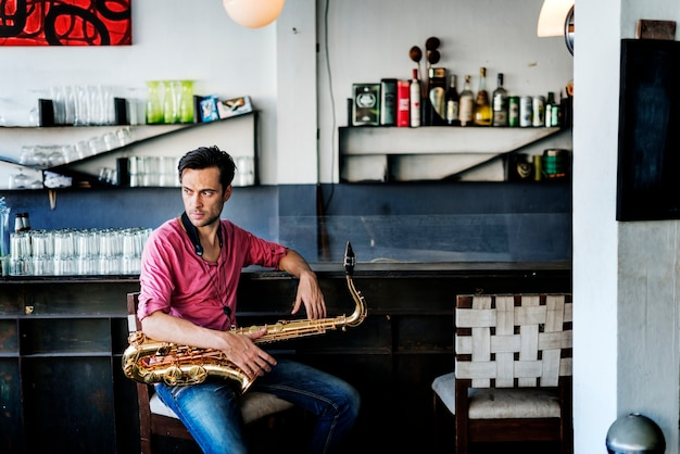 Um músico com o seu saxofone