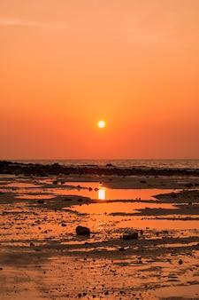 Um nascer do sol em thale waek de krabi