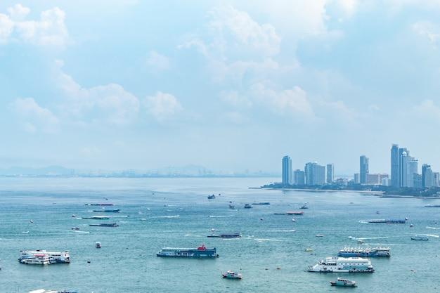 Um navio no ponto de opinião do mar e da arquitectura da cidade de praias de pattaya.