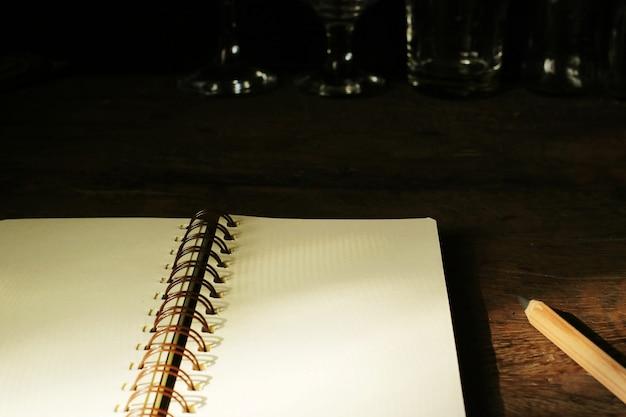 Um notebook na mesa de trabalho.