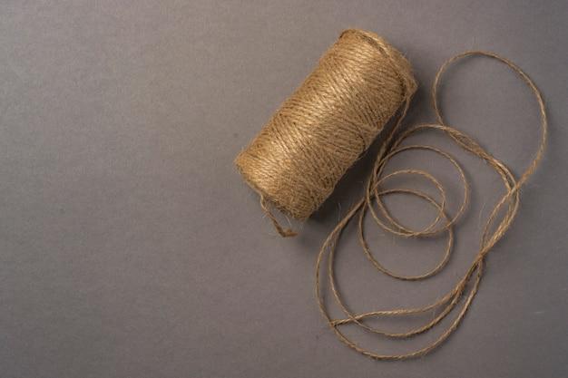 Um novelo de linha de linho em um cinza