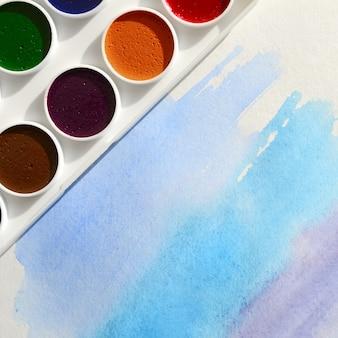 Um novo conjunto de aquarelas encontra-se em uma folha de papel