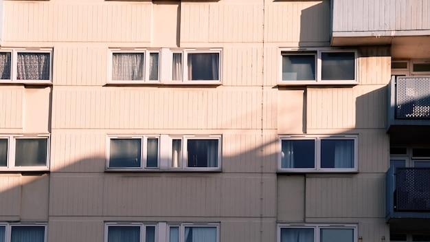 Um novo edifício residencial com janelas em um dia ensolarado