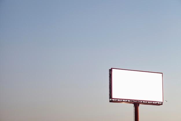 Um outdoor de publicidade vazio ao ar livre contra o céu azul