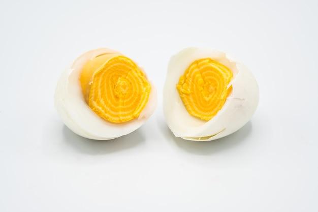 Um ovo cozido e quebrado