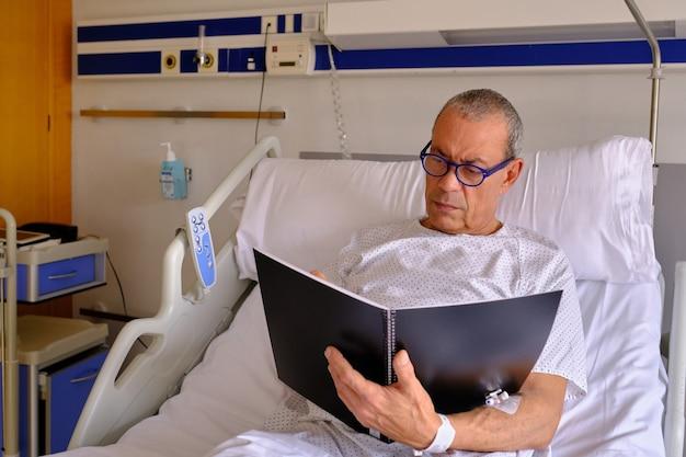 Um paciente adulto que trabalha no hospital - conceito de saúde e seguro