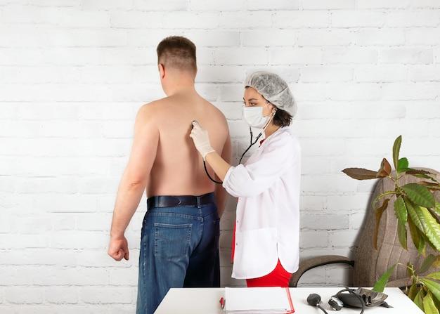 Um paciente em uma consulta com um médico