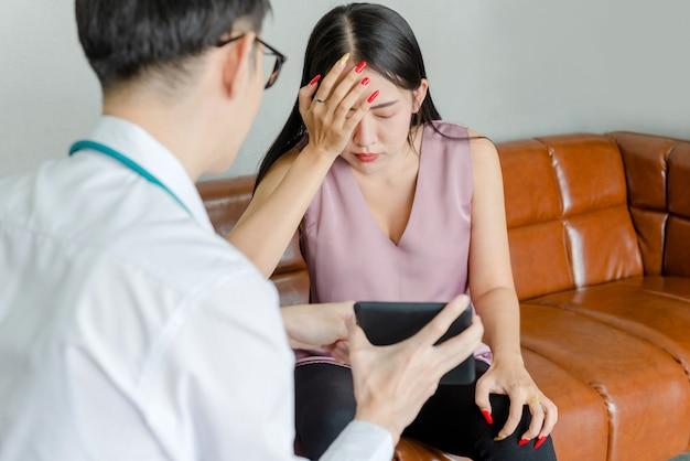 Um paciente mental feminino conversando com um jovem médico
