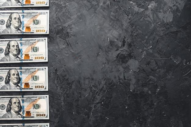 Um pacote de dinheiro em um fundo escuro. conceito de negócio, salário, oportunidades.