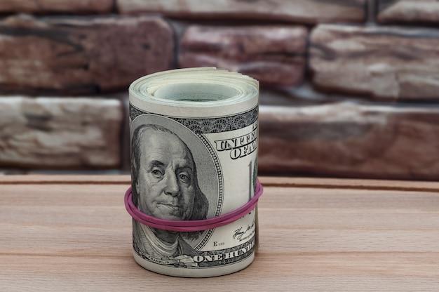 Um pacote de dois mil dólares em notas