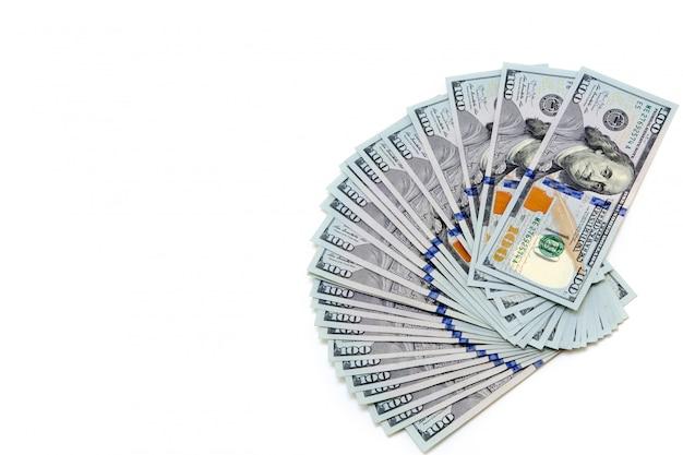Um pacote de notas de cem dólares dispostas como um fã
