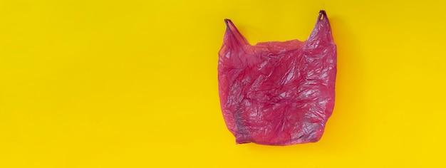 Um pacote de saco plástico usado isolou design plano, resíduos ambientais. desastre ecológico