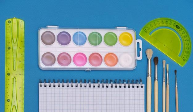 Um padrão de acessórios de papelaria coloridos de volta ao conceito de educação escolar