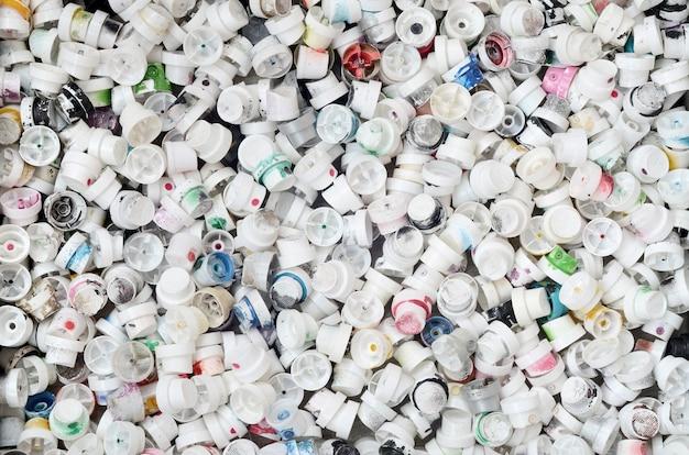 Um padrão de muitos bicos usados e sujos de latas de spray