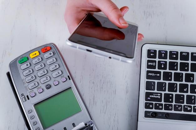 Um pagamento de telefone inteligente sem contato com smartphone