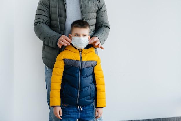 Um pai e seu filho ficam em uma máscara durante a quarentena. pandemia, coronavírus.
