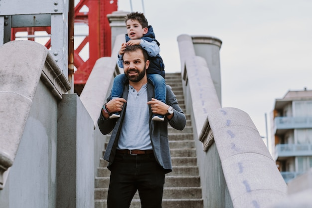 Um pai em uma escada com seu filho em um dia nublado