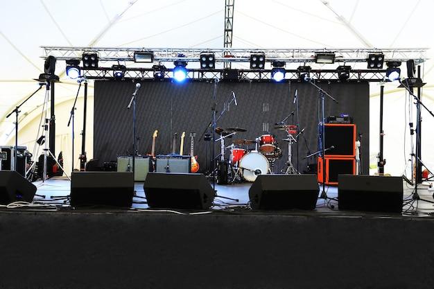 Um palco vazio antes do show com holofotes e instrumentos musicais