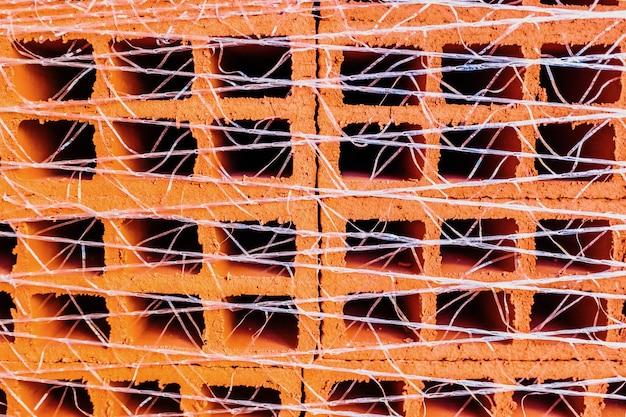 Um palete com centenas de tijolos para usar na construção de uma casa.